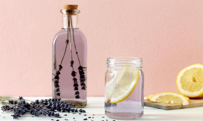 Making lemon detox water